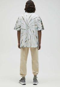 PULL&BEAR - Print T-shirt - mottled light grey - 2