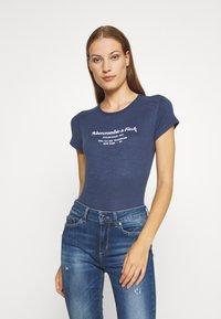 Abercrombie & Fitch - LONG LIFE LOGO - Print T-shirt - navy - 0
