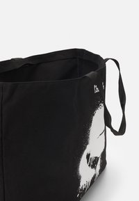 KARL LAGERFELD - EXCLUSIVE IKONIK TOTE - Shopping Bag - black - 4