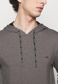 Michael Kors - LONG SLEEVE HOODIE - Sweatshirt - black - 4