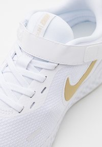 Nike Performance - REVOLUTION 5 FLYEASE - Zapatillas de running neutras - white/metallic gold star/platinum tint - 5