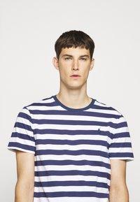 Polo Ralph Lauren - T-shirt z nadrukiem - navy/white - 4