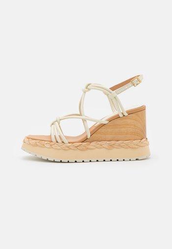 AGUAPEI - Sandály na platformě - lorypanna