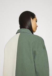 Missguided - COLOURBLOCK OVERSIZED DRESS - Denimové šaty - green - 6