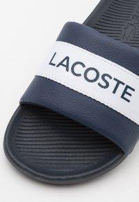 Lacoste - CROCO SLIDE - Mules - navy/white - 5