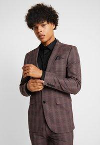 Burton Menswear London - MAUVE POW - Giacca elegante - burgundy - 3