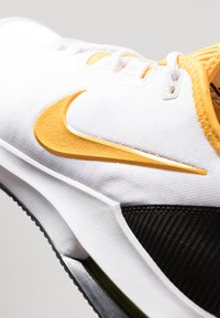 Nike Performance - COURT AIR MAX WILDCARD CLAY - Clay court tennis shoes - white/university gold/black - 5