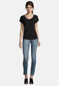 Betty & Co - Basic T-shirt - black - 1