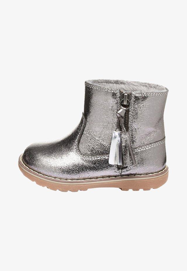 TAN TASSEL  - Lær-at-gå-sko - silver
