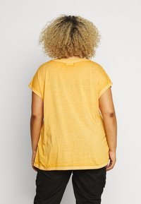 ONLY Carmakoma - CARNOIZY LIFE  - T-shirts - golden yellow/azid wash - 2