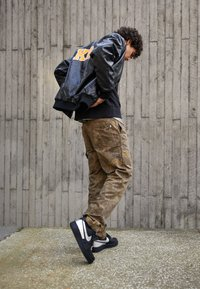 Nike Sportswear - AIR FORCE 1 '07 LV8 3M UNISEX - Sneakers basse - black/metallic silver - 0
