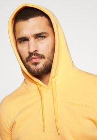 Mitchell & Ness - CLASSIC HOODIE - Huppari - yellow - 3