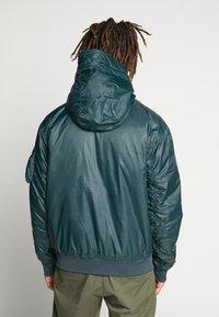 Nike Sportswear - M NSW HE WR JKT HD REV INSLTD - Light jacket - seaweed/sail/thermal green - 2