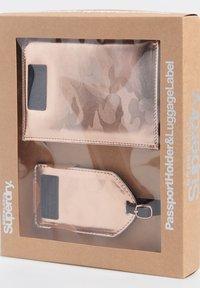 Superdry - SET - Passport holder - pink camo - 2