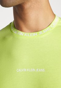 Calvin Klein Jeans - INSTITUTIONAL COLLAR LOGO - Triko s potiskem - safety yellow - 4