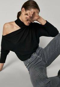 Massimo Dutti - MIT ASYMMETRISCHEN SCHULTERN - Jumper - black - 1