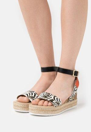 PATINA OBA - Platform sandals - noir/blanc