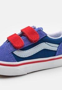 Vans - OLD SKOOL UNISEX - Sneakers - baja blue/high risk red - 5