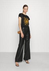 Just Cavalli - T-shirt con stampa - black - 1
