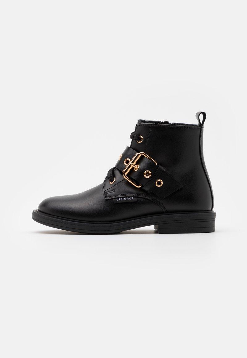 Versace - STIVALETTO - Šněrovací kotníkové boty - black/gold