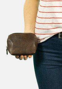 Gusti Leder - Kosmetická taška - dark brown - 0