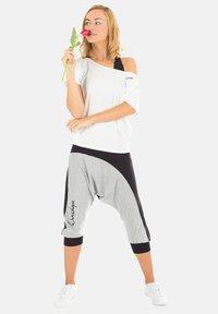 Winshape - MCT002 ULTRA LIGHT - Print T-shirt - vanilla - 1