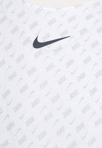 Nike Sportswear - REPEAT TEE - T-shirt imprimé - white/black - 5
