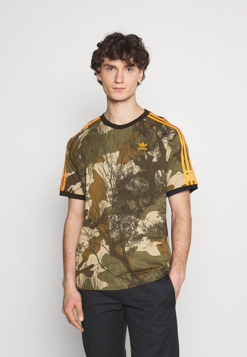 adidas Originals - CAMO TEE - T-shirt imprimé - hemp/brooxi/eargrn/