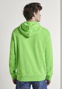 TOM TAILOR DENIM - STRICK & SWEATSHIRTS OVERSIZED KAPUZENSWEATER - Hoodie - neon lime green - 2