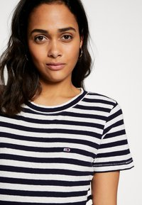 Tommy Jeans - TEXTURED STRIPE TEE - Print T-shirt - twilight navy / white - 4