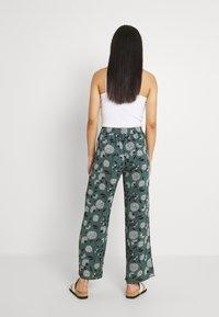 ONLY - ONLNOVA PALAZZO PANT - Pantalon classique - balsam green/white - 2