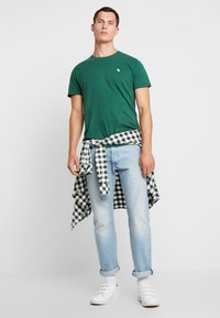 Abercrombie & Fitch - POP ICON CREW - T-Shirt basic - pine green - 1