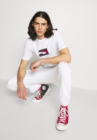 Tommy Hilfiger - ONE PLANET TEE UNISEX - Print T-shirt - white - 3