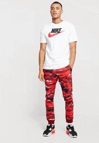 Nike Sportswear - TEE ICON FUTURA - T-shirt med print - white/black/university red - 1