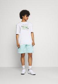 Nike Sportswear - CLUB - Shorts - light dew - 1
