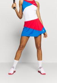 ASICS - CLUB SKORT - Sportovní sukně - electric blue/classic red - 0
