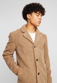 Anerkjendt - AKSAL JACKET - Classic coat - dijon - 4