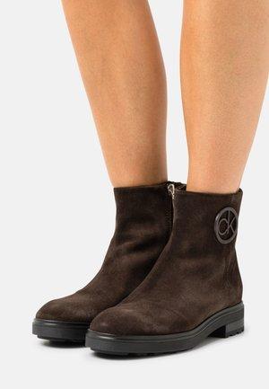 CLEAT BOOT  - Kotníkové boty - dark brown