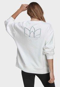 adidas Originals - ADICOLOR 3D TREFOIL OVERSIZE SWEATSHIRT - Sweatshirt - white - 1
