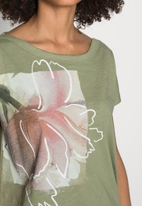 Esprit - BOAT NECK - Print T-shirt - light khaki - 4