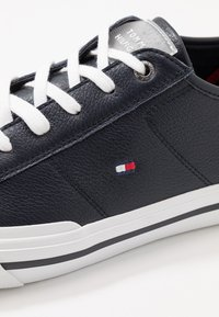 Tommy Hilfiger - CORE CORPORATE FLAG  - Trainers - blue