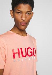 HUGO - DOLIVE - Triko spotiskem - light/pastel orange - 3