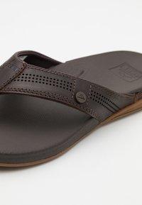Reef - CUSHION BOUNCE LUX - Sandály s odděleným palcem - brown - 5