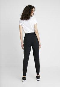 Nike Sportswear - W NSW TCH FLC PANT - Verryttelyhousut - black/white - 2