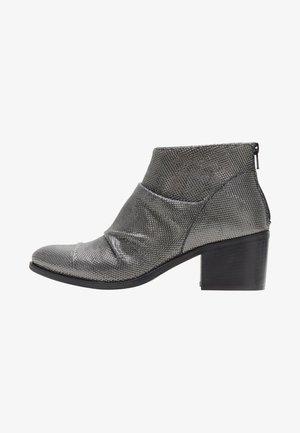 PAULINA - Korte laarzen - silver