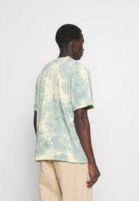 Karl Kani - SIGNATURE TIE DYE TEE UNISEX  - T-shirt imprimé - light yellow - 2