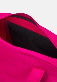 Nike Performance - GYM CLUB  - Sportovní taška - fireberry/black - 4
