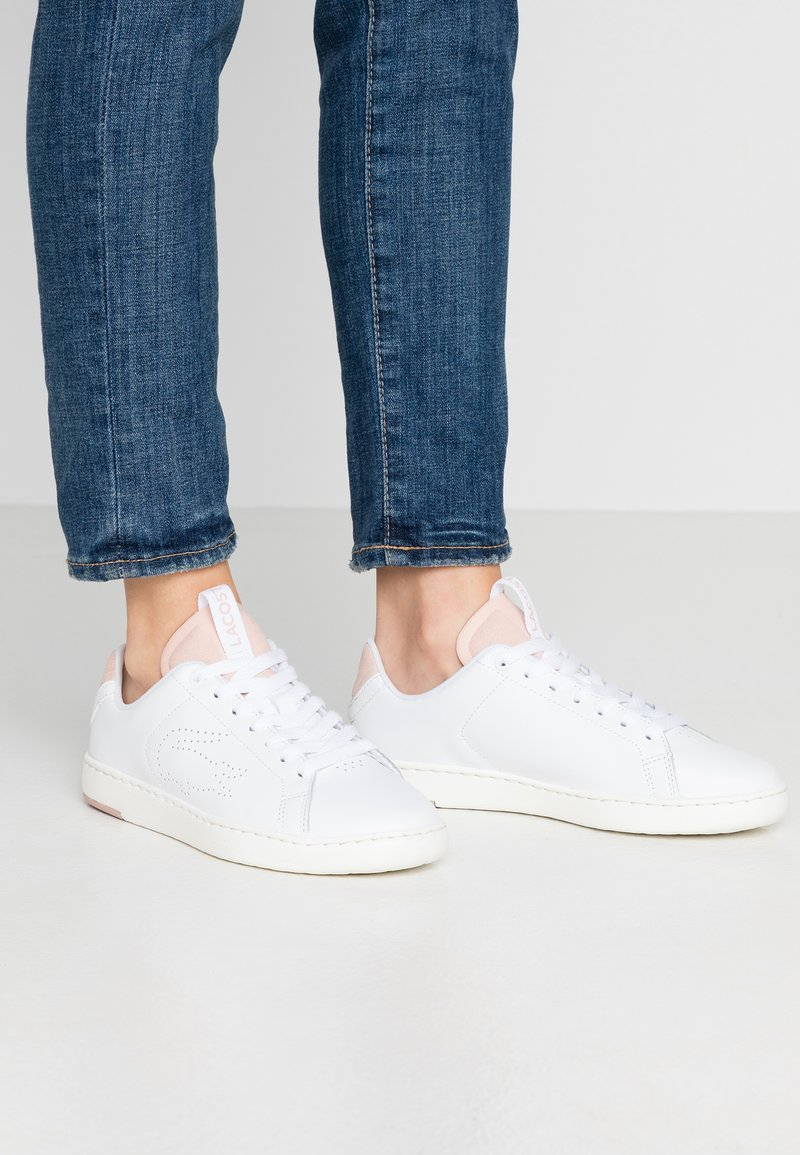 Lacoste - CARNABY EVO LIGHT - Baskets basses - white/natural