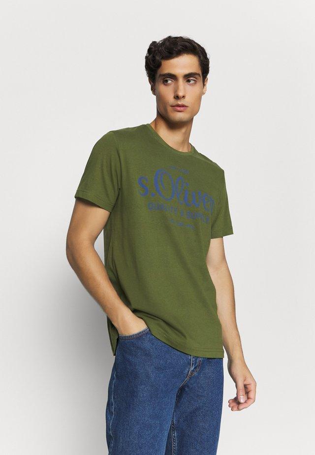 KURZARM - T-shirt z nadrukiem - khaki/oliv