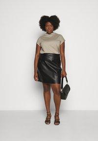 Vero Moda Curve - VMNORARIO SHORT COATED SKIRT - Pencil skirt - black - 1